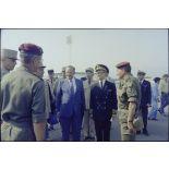 Charles Hernu et les autorités civiles et militaires du contingent français de la FMI sur l'aéroport de Bastia.