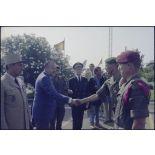Les lieutenants-colonels Janvier et Roudeillac saluant Charles Hernu et le général Lacaze.