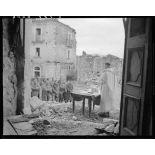 Des tirailleurs du 5e RTM (régiment de tirailleurs marocains) de la 2e DIM (division d'infanterie marocaine) assistent à la messe de Noël, célébrée par un aumônier militaire catholique sur le parvis de l'église d'un village situé à proximité des premières lignes italiennes.