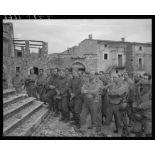 Des tirailleurs du 5e RTM (régiment de tirailleurs marocains) de la 2e DIM (division d'infanterie marocaine) et des prisonniers de guerre assistent à la messe de Noël, célébrée par un aumônier militaire catholique sur le parvis de l'église d'un village situé à proximité des premières lignes italiennes.