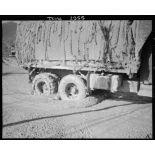 Un camion GMC de la compagnie de canons d'infanterie du 5e régiment de tirailleurs marocains (RTM) de la 2e division d'infanterie marocaine (DIM) progresse dans la boue à Montaquila pour ravitailler les premières lignes.