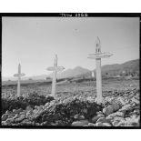 Tombes dans le cimetière de la 2e division d'infanterie marocaine (DIM) à Roccaravindola, dans le secteur de Venafro. Au premier plan, la tombe du lieutenant Claude d'Harcourt du 4e régiment de tirailleurs marocains (RTM).