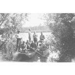 [France, années 1930. Portrait de groupe de sapeurs du 3e bataillon du 18e régiment du génie photographiés sur des barques].
