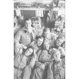 [France, années 1930. Photographie en plongée de sapeurs du 18e régiment du génie dans leur chambrée].