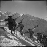 Skis sur l'épaule, des éclaireurs-skieurs du 199e BCHM gravissent en colonne une pente enneigée du Brévent.