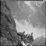 Des éclaireurs du 199e BCHM escaladent l'aiguillette d'Argentière.
