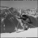 Eclaireur skieur du 199e BCHM en position de tir au-dessus de Chamonix.