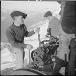 Photographie de groupe de chasseurs alpins à la station supérieure du téléphérique du col du Midi en construction.