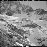 Plan général de la benne du téléphérique du col du Midi en construction qui transporte deux chasseurs alpins.