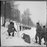 Plan général d'une section d'éclaireurs-skieurs prête à partir en mission de reconnaissance.