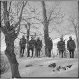 Photographie de groupe d'une section d'éclaireurs-skieurs du 102e BAF.