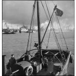 Vue sur le port de Dunkerque depuis un chalutier réquisitionné par la Marine nationale.