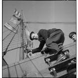 Marin de la Marine nationale montant à bord d'un navire marchand pour une fouille dans le cadre du blocus contre l'Allemagne.