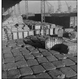 Cargaisons entreposées dans le port de Dunkerque, probablement saisies à bord de navires marchands neutres dans le cadre du blocus contre l'Allemagne.