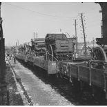 [Mobilisation : train d'artillerie transportant voitures hippomobiles en gare de Noisy-le-Sec. 11 septembre 1939.]