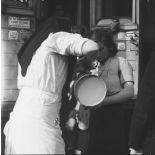 13492. Gare de Noisy-le-Sec Train de réfugiés de Metz Distribution de lait aux enfants - 11 sept.39. [légende d'origine]