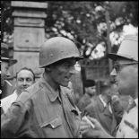 Le colonel Lalande, coiffé de son casque, à son arrivée à l'hôpital Lanessan après sa libération.