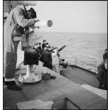Exercice de lutte antiaérienne à bord du cuirassé (ou navire de ligne) le Dunkerque.