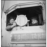 Timoniers britannique et français à bord du cuirassé (navire de igne) le Dunkerque.