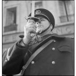Un premier maître présente les armes lors de la visite du ministre Georges Pernot au Havre.