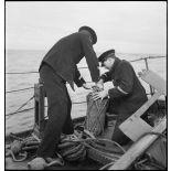 Mise à l'eau d'une bouée de correspondance depuis le torpilleur la Bourrasque.