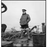 Portrait en pied  du capitaine de frégate Robert Fouqué, commandant le torpilleur la Bourrasque.