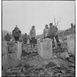 Des habitants de Namsos fouillent les ruines de la ville bombardée.