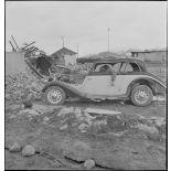 Cadavre au volant d'une voiture Hansa dans Namsos en ruine.