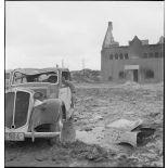 Cadavre au volant d'une voiture dans Namsos en ruine.