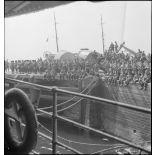 Chasseurs de la 2e DLCh sur un quai du port de Brest.