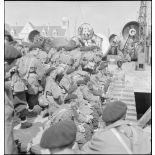 Chasseurs de la 2e division légère de chasseurs (DLCh) sur un quai du port de Brest.