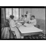 Garches, Seine-et-Oise, Institut Pasteur, fabrication des sérums. Salle de vérification des flacons. [légende d'origine]