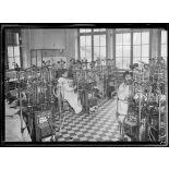 Garches, Seine-et-Oise, Institut Pasteur, fabrication des sérums. Salle de fermeture des flacons. [légende d'origine]