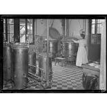 Garches, Seine-et-Oise, Institut Pasteur, fabrication des sérums. Salle et appareils de stérilisation. [légende d'origine]