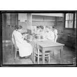 Garches, Seine-et-Oise, Institut Pasteur, fabrication des sérums. Salle de lavage et de préparation des flacons. [légende d'origine]