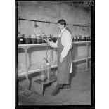Garches, Seine-et-Oise, Institut Pasteur, fabrication des sérums. Siphonnage du sérum. [légende d'origine]