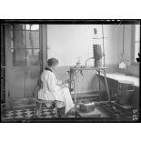 Garches, Seine-et-Oise, Institut Pasteur, fabrication des sérums. Appareil à distribuer les sérums. [légende d'origine]