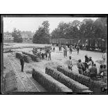 Saint-Etienne-du-Rouvray. Cabiles chargeant des obus dans des wagons. [légende d'origine]