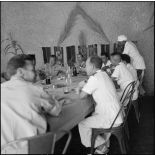 La table des officiers au méchoui de la compagnie saharienne portée de la Zousfana.