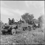 Des véhicules du 12e régiment de dragons (RD) au cours d'une halte, secteur de Dublineau.