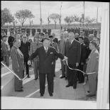 M. List coupe le ruban à l'entrée de la Maison du Légionnaire, Sidi-Bel-Abbès.