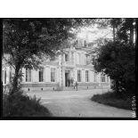 Le château de Montreuil, Grand Quartier Général anglais. Visite de Mr. Briand, sur le perron du château. 25-6-16. [légende d'origine]
