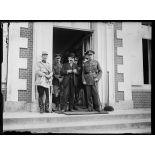 Au QG anglais. Mr. Briand, sir Douglas Haig, commandant en chef des troupes britanniques en France et le général Desvallières, chef de la mission française auprès de l'armée anglaise. 25-6-16. [légende d'origine]