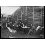 Five O'Clock à l'hôpital anglais d'Etaples (Pas-de-Calais). Monsieur Briand, sir Douglas Haig et officiers de l'état-major général anglais. 25-6-16. [légende d'origine]