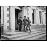 Au GQ anglais. Mr. Briand et le colonel Cavendish, attaché au GQG français. 25-6-16. [légende d'origine]