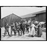 Mr. Briand et l'état-major général anglais aux ateliers de réparation de Calais. 25-6-16. [légende d'origine]