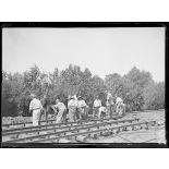Wumezele, soldats anglais construisent une voie ferrée. [légende d'origine]