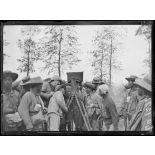 Oudezeele, travailleurs chinois examinant un appareil de cinéma. [légende d'origine]
