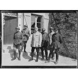 Fromeréville-les-Vallons (Meuse), le général Corvisart et les correspondants de guerre. [légende d'origine]