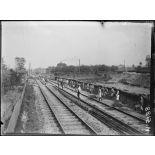 Entre Blangy et Aumale, travailleurs chinois doublant la voie ferrée. [légende d'origine]